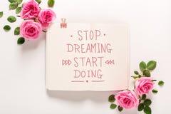 Smetta di sognare l'inizio che fa il messaggio con le rose e le foglie fotografia stock