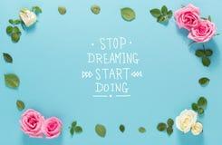 Smetta di sognare l'inizio che fa il messaggio con le rose e le foglie immagine stock libera da diritti