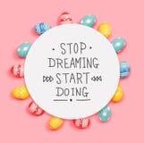 Smetta di sognare l'inizio che fa il messaggio con le uova di Pasqua immagini stock libere da diritti