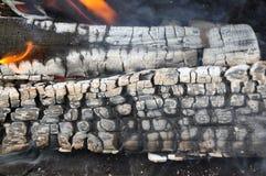 Smeulend brandhout in de haard stock afbeeldingen