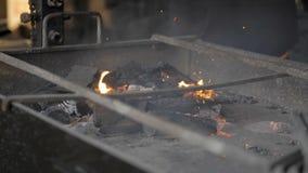 Smeulend hout in de grill stock video