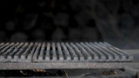 Smeulend hout in de grill stock videobeelden