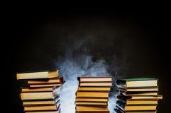 Smeulende Stapel Boeken stock afbeeldingen