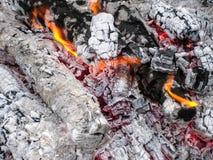 Smeulende steenkolen in de grill Brandende brand na een kebab stock afbeeldingen