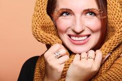 SMI allegro della ragazza della donna di autunno di fascino di marrone delle occhio-sferze fresche dei capelli Fotografia Stock Libera da Diritti