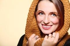 SMI allegro della ragazza della donna di autunno di fascino di marrone delle occhio-sferze fresche dei capelli Fotografia Stock