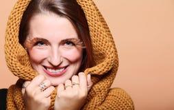 SMI allegro della ragazza della donna di autunno di fascino di marrone delle occhio-sferze fresche dei capelli Immagini Stock Libere da Diritti