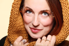 SMI allegro della ragazza della donna di autunno di fascino di marrone delle occhio-sferze fresche dei capelli Immagine Stock Libera da Diritti
