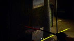 Smid die candent ijzerbaar houden en het smeden die pneumatische hamer gebruiken stock video