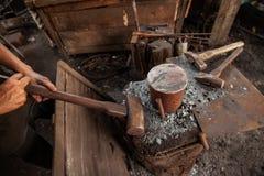 Smid die een hamer houden Royalty-vrije Stock Fotografie
