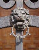 Smidesjärndörr med lejonknackaren Royaltyfri Fotografi