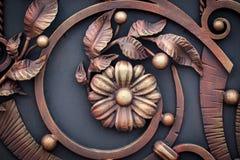 Smidesjärnportar, dekorativt smide, falsk beståndsdelnärbild royaltyfri foto