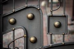 Smidesjärnportar, dekorativt smide, falsk beståndsdelnärbild royaltyfria foton