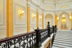 Smidesjärnräcke, marmortrappa i den stora Gatchina slotten Arkivbild