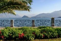 Smidesjärnräcke på sjösidan, Menaggio, Italien fotografering för bildbyråer