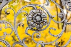 Smidesjärnstaket av den Mikhailovsky trädgården Arkivbild