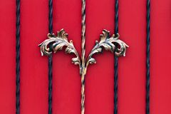 Smidesj?rnportar, dekorativt smide, falsk best?ndsdeln?rbild royaltyfri bild