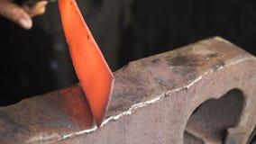 Smids werkend metaal met hamer stock video
