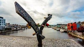 Smidsstructuur met hangsloten die op een brug zit royalty-vrije stock afbeelding