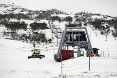 Smiggins dziury śnieżny groomer przygotowywający dla ten weekendu śnieżnego spadku fotografia stock