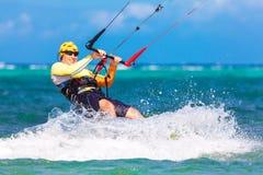 Smiing kitesurfer op overzeese achtergrond Stock Foto's