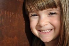 聪慧的女孩一点俏丽的smil 免版税库存图片