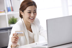 Smile businesswoman using credit card Royalty Free Stock Photos
