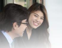 Smileing arbeta för affärskvinna Arkivfoto
