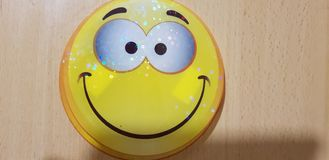 Smiley стороны с желтыми daffodils стоковое фото