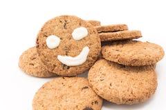 Smiley σε ολόκληρα τα μπισκότα σίτου Στοκ εικόνα με δικαίωμα ελεύθερης χρήσης