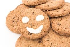 Smiley σε ολόκληρα τα μπισκότα σίτου Στοκ εικόνες με δικαίωμα ελεύθερης χρήσης