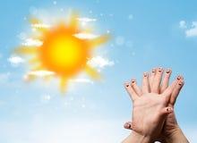 Smiley alegres do dedo com ilustração brilhante do sol e das nuvens foto de stock