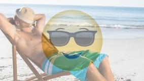 Smiley animado y hombre que se relajan en el vídeo de la playa
