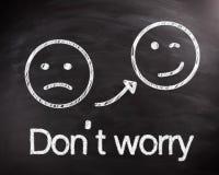 Smiley auf Tafel für sorgen sich nicht Konzept Lizenzfreie Stockbilder