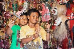 Smiley Balinese-de kinderen spelen met schaduwmarionetten Stock Foto