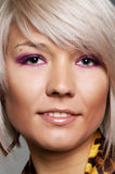 Smiley blond met het doordringen in wenkbrauw Royalty-vrije Stock Foto's