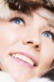 Smiley blond mit blauen Augen in den Pelzen Stockbild