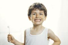 Smiley chłopiec z toothbrush zdjęcie royalty free