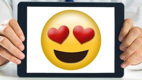 Smiley de la demostración de la tableta con los ojos del corazón