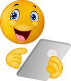 Smiley dell'emoticon facendo uso della compressa Fotografia Stock Libera da Diritti