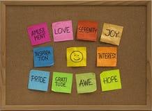 Smiley e dez emoções positivas na placa de boletim Imagem de Stock Royalty Free