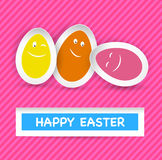 Smiley Easter Eggs e cumprimento feliz da Páscoa no st Fotos de Stock