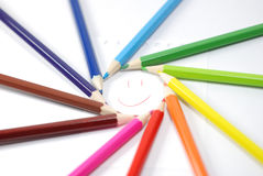 Smiley en cercle des crayons colorés Images stock