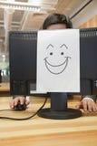 Smiley Face no computador no escritório fotos de stock royalty free