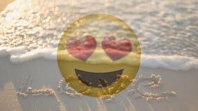 Smiley felice di amore ed amore sorridenti scritti nella sabbia per il giorno di S. Valentino archivi video