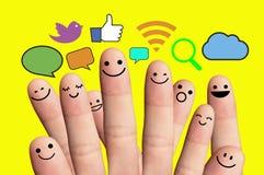 Smiley felices del finger con la muestra social de la red. Imagen de archivo