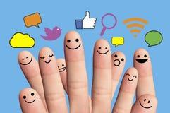 Smiley felizes do dedo com sinal social da rede. Imagem de Stock