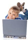 Smiley Five Years Old Boy com portátil foto de stock
