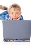 Smiley Five Years Old Boy com portátil imagem de stock