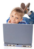 Smiley Five Years Old Boy mit Laptop Stockfoto